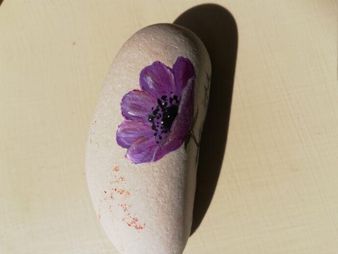 Βότσαλο ζωγραφισμένο με λουλούδια